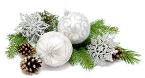 Σφαίρες διακοσμήσεων Χριστουγέννων με τους κώνους έλατου Στοκ φωτογραφία με δικαίωμα ελεύθερης χρήσης