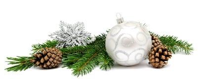 Σφαίρες διακοσμήσεων Χριστουγέννων με τους κώνους έλατου Στοκ Εικόνα