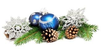 Σφαίρες διακοσμήσεων Χριστουγέννων με τους κώνους έλατου Στοκ εικόνα με δικαίωμα ελεύθερης χρήσης