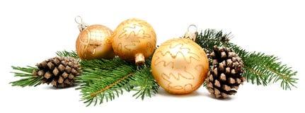 Σφαίρες διακοσμήσεων Χριστουγέννων με τους κώνους έλατου Στοκ Φωτογραφία