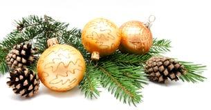 Σφαίρες διακοσμήσεων Χριστουγέννων με τους κώνους έλατου Στοκ φωτογραφίες με δικαίωμα ελεύθερης χρήσης