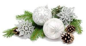 Σφαίρες διακοσμήσεων Χριστουγέννων με τους κώνους έλατου Στοκ εικόνες με δικαίωμα ελεύθερης χρήσης