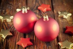 Σφαίρες και αστέρια Χριστουγέννων στον πίνακα Στοκ φωτογραφίες με δικαίωμα ελεύθερης χρήσης