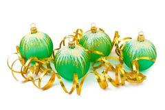 Σφαίρες και κορδέλλα Χριστουγέννων Στοκ εικόνες με δικαίωμα ελεύθερης χρήσης