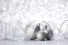 Σφαίρες και κορδέλλα Χριστουγέννων Στοκ Εικόνα