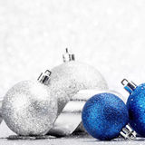 Σφαίρες και κορδέλλα Χριστουγέννων Στοκ φωτογραφία με δικαίωμα ελεύθερης χρήσης