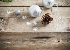 Σφαίρες και κώνοι Χριστουγέννων στο ξύλινο υπόβαθρο Στοκ Εικόνα