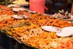 Σφαίρες και λουκάνικα κρέατος τροφίμων οδών της Ταϊλάνδης στο ραβδί έτοιμο για τη σχάρα, εκλεκτική εστίαση Στοκ Εικόνες