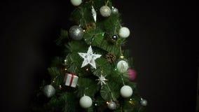 Σφαίρες και φω'τα Χριστουγέννων στο χριστουγεννιάτικο δέντρο στο σκοτεινό κλίμα απόθεμα βίντεο