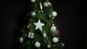 Σφαίρες και φω'τα Χριστουγέννων στο χριστουγεννιάτικο δέντρο Defocus που πυροβολείται με το ζωηρόχρωμο bokeh απόθεμα βίντεο