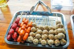 Σφαίρες κρέατος και τηγανισμένα λουκάνικα Στοκ εικόνες με δικαίωμα ελεύθερης χρήσης