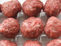 Σφαίρες κρέατος στο πλαστικό εμπορευματοκιβώτιο Στοκ φωτογραφίες με δικαίωμα ελεύθερης χρήσης