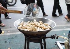 Σφαίρες κρέατος ψαριών που βάζουν φωτιά σε ένα τηγάνι Στοκ Φωτογραφίες