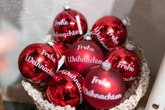 """Σφαίρες κόκκινες Χριστουγέννων με """"Frohe Weihnachten """"σε το Weihnachtskugel mit Frohe Weihnachten στοκ εικόνα"""