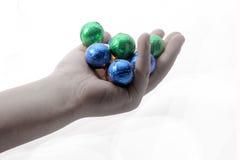 Σφαίρες μιας παιδιών εκμετάλλευσης σοκολάτας που τυλίγονται στο ζωηρόχρωμο φύλλο αλουμινίου Στοκ Φωτογραφίες