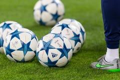Σφαίρες ποδοσφαίρου του Champions League στον τομέα πριν από την αντιστοιχία Στοκ Φωτογραφία