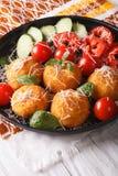 Σφαίρες ρυζιού Arancini με την παρμεζάνα και τα φρέσκα λαχανικά κάθετος Στοκ Φωτογραφία