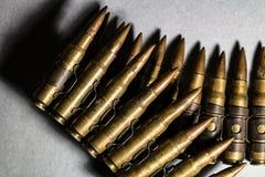 Σφαίρες σε μια ζώνη σιδήρου που ευθυγραμμίζεται ως όπλο, έγκλημα, εγκληματίας, πόλεμος, Στοκ εικόνα με δικαίωμα ελεύθερης χρήσης