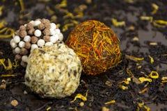 Σφαίρες σοκολάτας που ντύνονται στα καρυκεύματα και τα καρύδια, βιομηχανία ζαχαρωδών προϊόντων, γλυκά Στοκ Εικόνες
