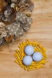 Σφαίρες στεφανιών και γκολφ Πάσχας στον ξύλινο πίνακα Στοκ Εικόνα