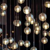 Σφαίρες φωτισμού στον πολυέλαιο lamplight, λάμπες φωτός που κρεμούν από το ανώτατο όριο, λαμπτήρες στο σκοτεινό υπόβαθρο, εκλεκτι Στοκ φωτογραφία με δικαίωμα ελεύθερης χρήσης