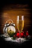 Σφαίρες Χριστουγέννων και εκλεκτής ποιότητας ρολόι με το ποτήρι της σαμπάνιας Στοκ φωτογραφίες με δικαίωμα ελεύθερης χρήσης