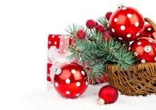 Σφαίρες Χριστουγέννων και κλάδοι έλατου με τις διακοσμήσεις Στοκ εικόνα με δικαίωμα ελεύθερης χρήσης