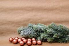 Σφαίρες Χριστουγέννων και κλάδος έλατου Στοκ Φωτογραφίες