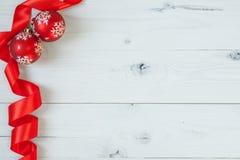 Σφαίρες Χριστουγέννων και μια κορδέλλα Στοκ φωτογραφία με δικαίωμα ελεύθερης χρήσης