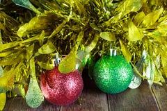Σφαίρες Χριστουγέννων και χρυσό tinsel σε ξύλινο Στοκ Εικόνες