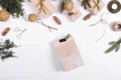 Σφαίρες Χριστουγέννων, κλάδοι έλατου, δώρο, κορδέλλα, σχοινί, ψαλίδι και Στοκ Εικόνα