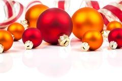 Σφαίρες Χριστουγέννων με την κορδέλλα Στοκ Φωτογραφία