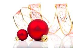 Σφαίρες Χριστουγέννων με την κορδέλλα Στοκ φωτογραφία με δικαίωμα ελεύθερης χρήσης