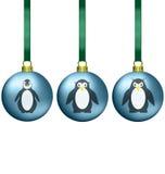 Σφαίρες Χριστουγέννων με την οικογένεια penguins ελεύθερη απεικόνιση δικαιώματος