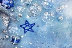 Σφαίρες Χριστουγέννων με το έναστρο σχέδιο, το αστέρι γυαλιού και το τύμπανο στο μπλε Στοκ φωτογραφίες με δικαίωμα ελεύθερης χρήσης