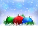 Σφαίρες Χριστουγέννων με το πεύκο και κενό διάστημα στο μπλε ελεύθερη απεικόνιση δικαιώματος