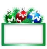 Σφαίρες Χριστουγέννων με το πεύκο και το πλαίσιο στο λευκό απεικόνιση αποθεμάτων