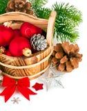 Σφαίρες Χριστουγέννων με firtree κλάδων και το κόκκινο τόξο Στοκ εικόνα με δικαίωμα ελεύθερης χρήσης