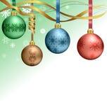 Σφαίρες Χριστουγέννων που κρεμούν στις κορδέλλες ελεύθερη απεικόνιση δικαιώματος