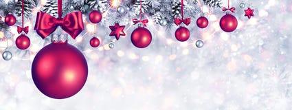 Σφαίρες Χριστουγέννων που κρεμούν τη ευχετήρια κάρτα στοκ εικόνα