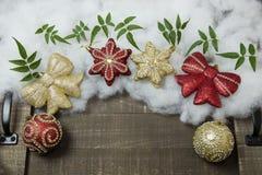 Σφαίρες Χριστουγέννων που τίθενται για τους χαιρετισμούς διακοπών Στοκ Εικόνες