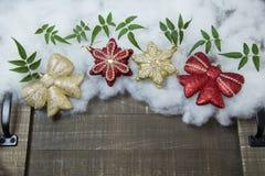 Σφαίρες Χριστουγέννων που τίθενται για τους χαιρετισμούς διακοπών Στοκ Φωτογραφίες