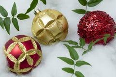 Σφαίρες Χριστουγέννων που τίθενται για τους χαιρετισμούς διακοπών Στοκ εικόνες με δικαίωμα ελεύθερης χρήσης