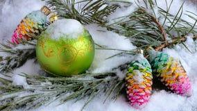 Σφαίρες Χριστουγέννων σε έναν χιονώδη κλάδο έλατου στοκ εικόνες