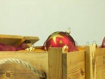 Σφαίρες Χριστουγέννων σε ένα ξύλινο κιβώτιο Στοκ Φωτογραφίες