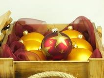Σφαίρες Χριστουγέννων σε ένα ξύλινο κιβώτιο Στοκ φωτογραφίες με δικαίωμα ελεύθερης χρήσης