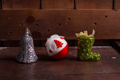 Σφαίρες Χριστουγέννων σε ένα ξύλινο υπόβαθρο Στοκ Εικόνα