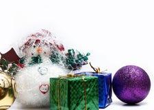 Σφαίρες Χριστουγέννων στα άσπρα φτερά στοκ εικόνα με δικαίωμα ελεύθερης χρήσης