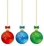 Σφαίρες Χριστουγέννων στην αλυσίδα ελεύθερη απεικόνιση δικαιώματος