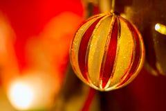 Σφαίρες Χριστουγέννων στη νύχτα Χριστουγέννων Στοκ φωτογραφίες με δικαίωμα ελεύθερης χρήσης